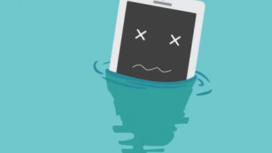 چگونگی حل مشکل گوشی آب خورده قطعا برای شما کار آمد خواهد بود. ممکن است تصادفا گوشی شما به داخل آب بیافتد یا دستتان به طور اتفاقی به لیوان نوشیدنیتان برخورد کند و محتویات آن روی گوشی بریزد و ... در چنین شرایطی اهمیت دانستن اقداماتی که باعث حفظ گوشی از خرابی های پیش رو و حل مشکل گوشی آب خورده می شود، نمایان خواهد شد.